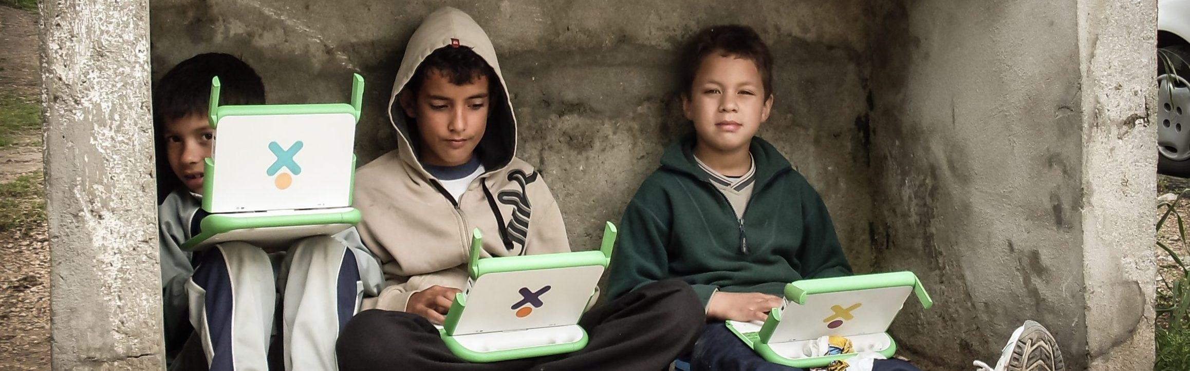 Niños usando laptops